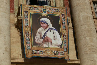 Official banner for Mother Teresa's canonization hangs on the facade of St. Peter's Basilica. Credit: Daniel Ibáñez/CNA.